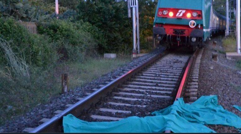 uomo investito treno