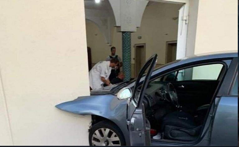 auto contro moschea