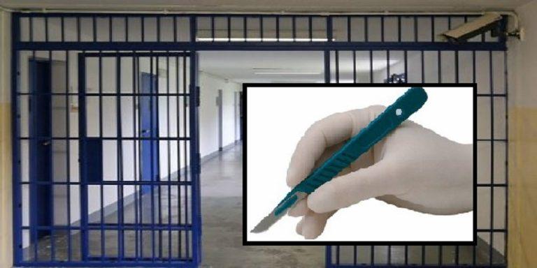 In carcere con bisturi nelle parti intime