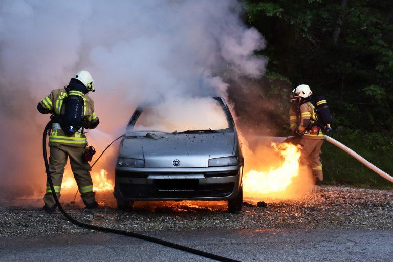 A Milano un auto ha preso fuoco in piazza Velasquez