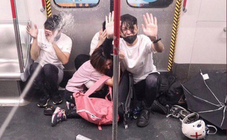 manifestanti picchiati