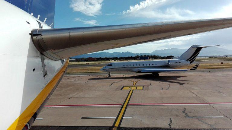 Rincorrono aereo sulla pista: multati due passeggeri a Cagliari