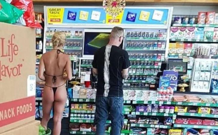 al supermercato in costume