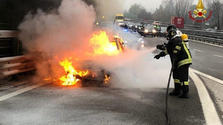 auto in fiamme tangenziale torino