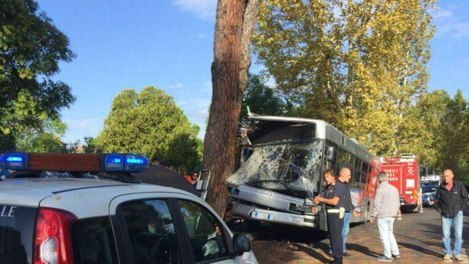autobus contro albero roma