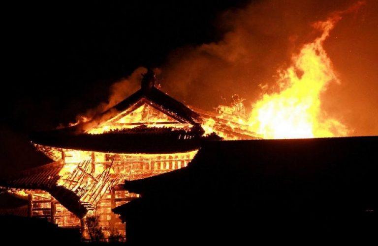 Un incendio ha completamente distrutto il castello Shuri, patrimonio Unesco a Okinawa