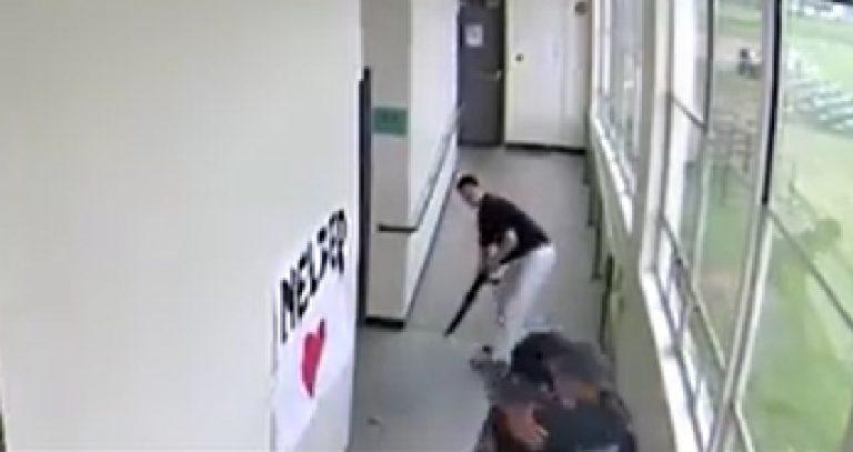 Insegnante disarma studente