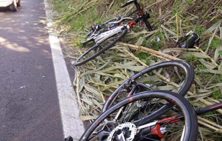 Investono due ciclisti e si mettono in posa facendo l'ok
