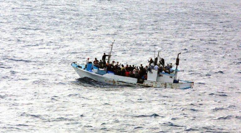 migranti barca in difficoltà