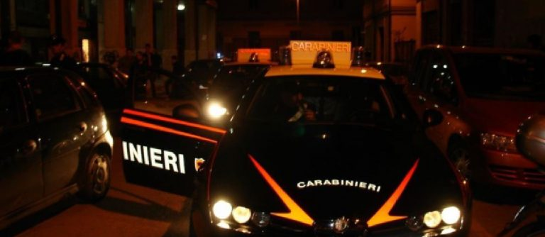 Uomo aggredisce Carabinieri