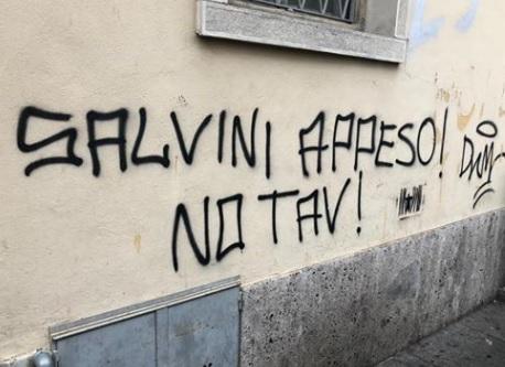 scritta contro Salvini a Bergamo