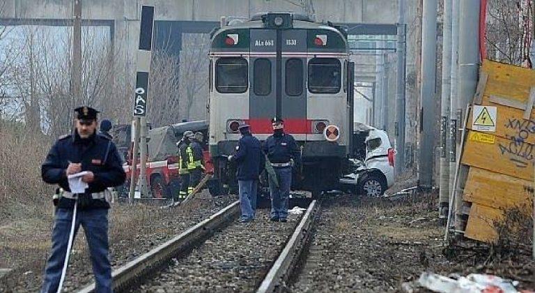 Treno travolge auto binari