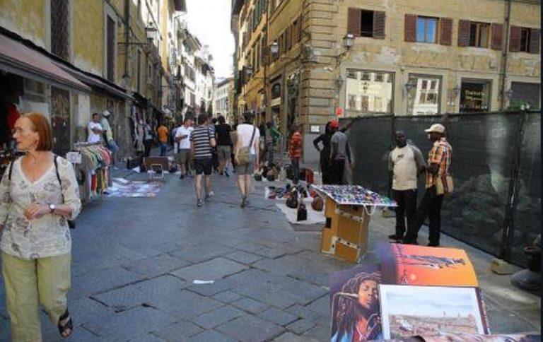 Venditore abusivo abbassa i pantaloni e mostra i genitali ai passanti