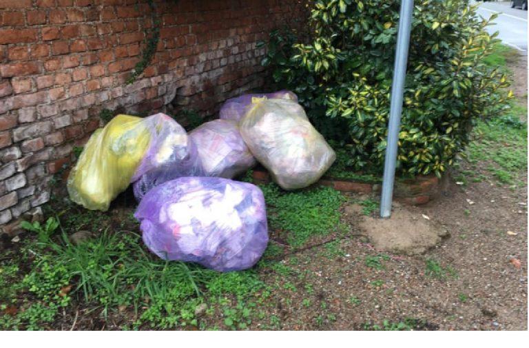 Abbandona rifiuti in strada