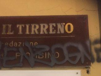 Il Tirreno sostiene Liliana Segre: scritta e offese contro il giornale