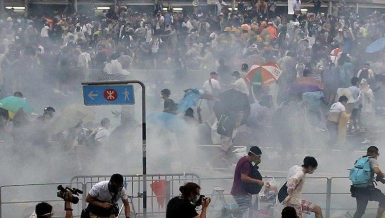 Hong Kong polizia lacrimogeni