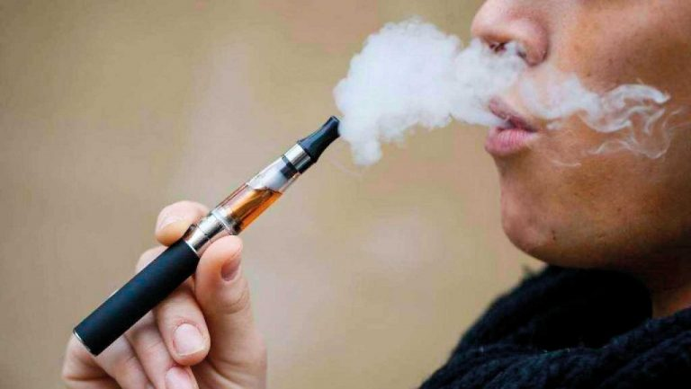 Sigarette elettroniche, le contraddizioni di uno Stato che non vuol far smettere di fumare