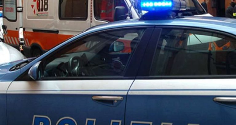 Aggredisce poliziotti e passanti parma