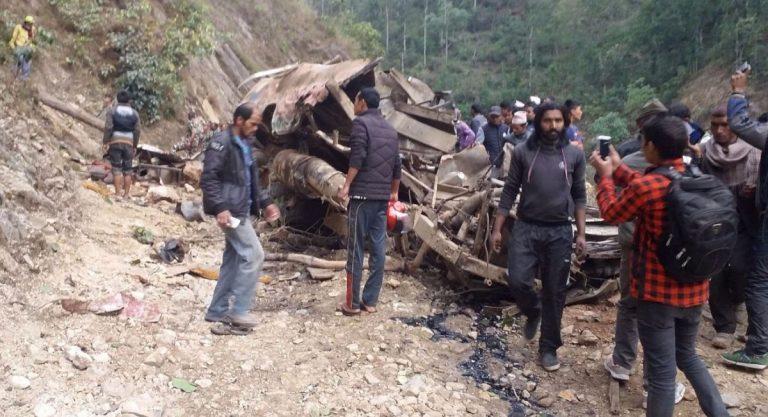 Bus precipitato in un burrone in Indonesia: almeno 25 morti