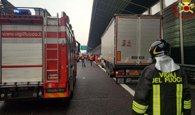 camion in fiamme a14