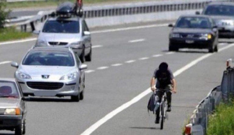 ciclista in autostrada
