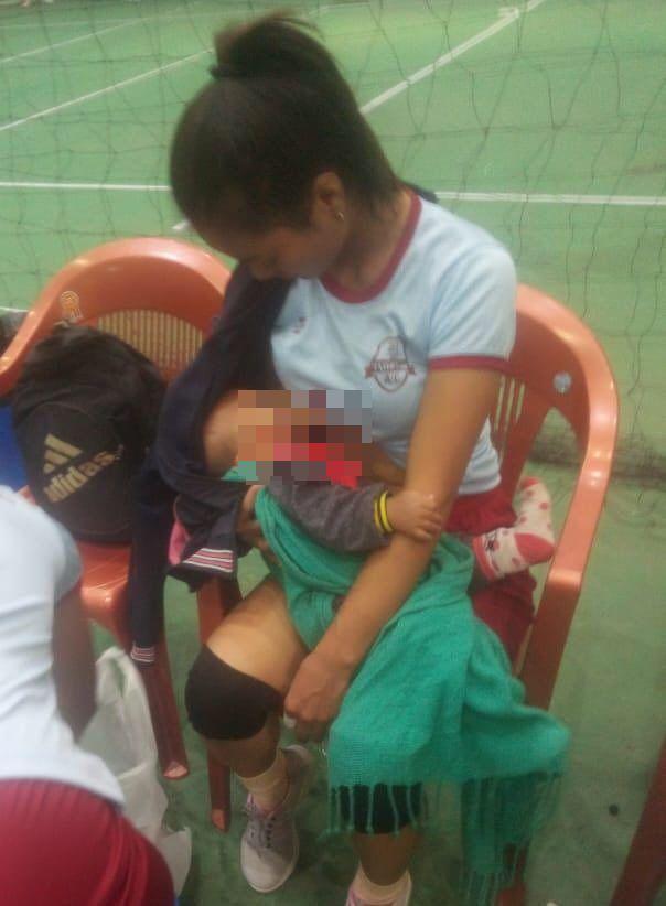 Pallavolista allatta il figlio in campo durante una partita