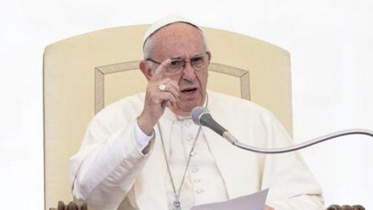 Papa Francesco strattonato in piazza. Come riesce a liberarsi