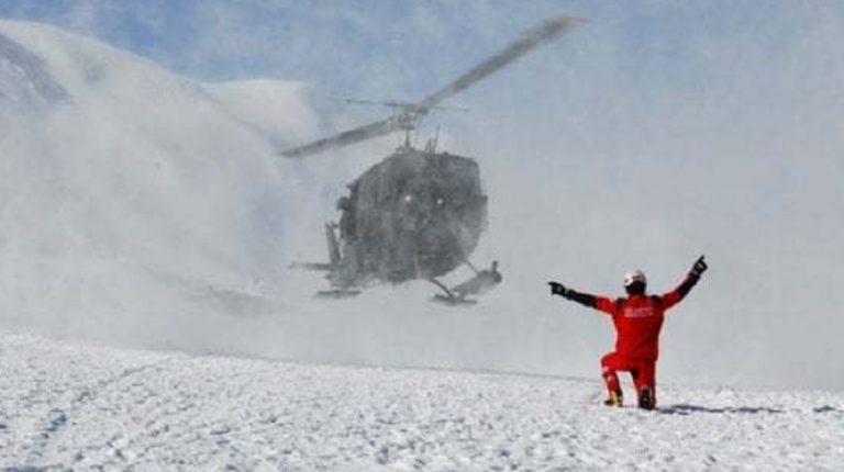 sciatore contro gatto delle nevi