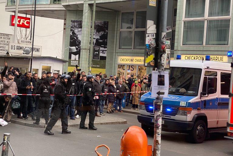 spari checkpoint charlie berlino