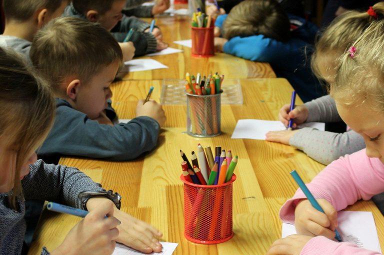 Bambini a scuola divisi in base al reddito: è polemica a Roma
