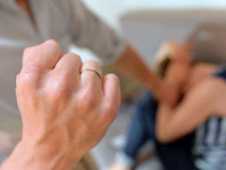 picchia moglie arrestato
