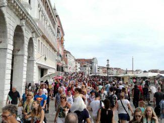 Turisti cinesi sputi insulti