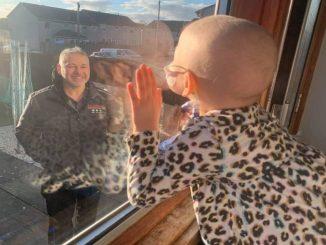 Coronavirus, bimba malata di cancro saluta il papà dalla finestra