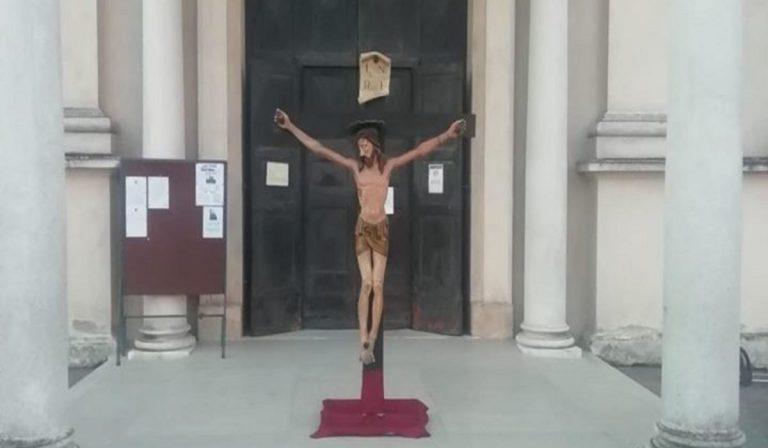 Crocifisso di Don Camillo fuori dalla chiesa, protezione dal Coronavirus