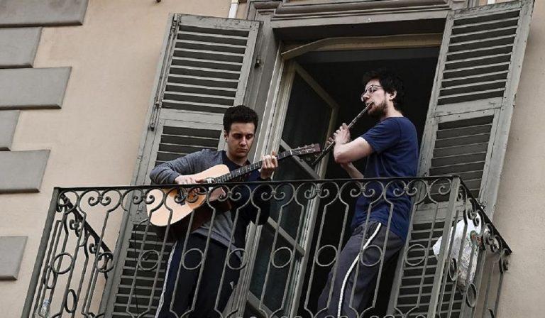 Coronavirus: cantare e suonare dai balconi è legale?