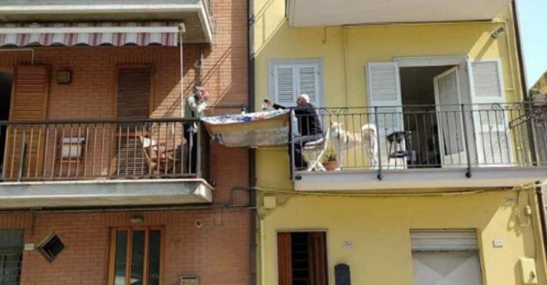 Coronavirus pranzo tra balconi