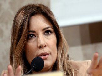 """Selvaggia Lucarelli attacca Paola Caruso: """"Questo genio posta foto all'aperto"""""""