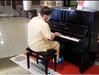 Coronavirus, il medico in pausa incanta al pianoforte