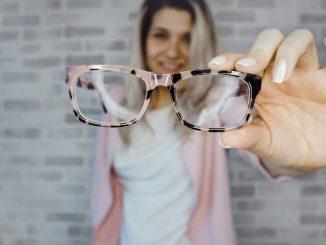 occhiali con lenti autoregolabili