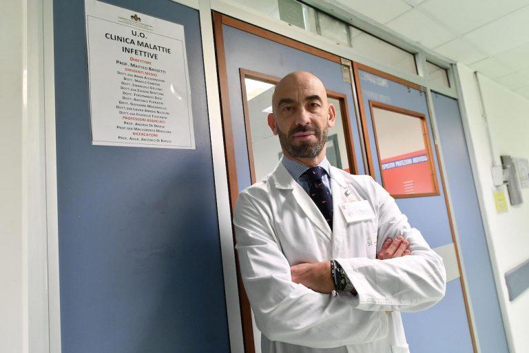 """Coronavirus, Bassetti: """"Il virus sta perdendo forza, i pazienti sono meno gravi"""""""