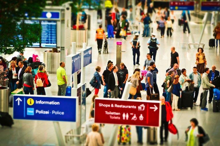 In aeroporto, passeggeri in fila stanno chiedendo i rimborsi aerei a seguito dell'emergenza Coronavirus