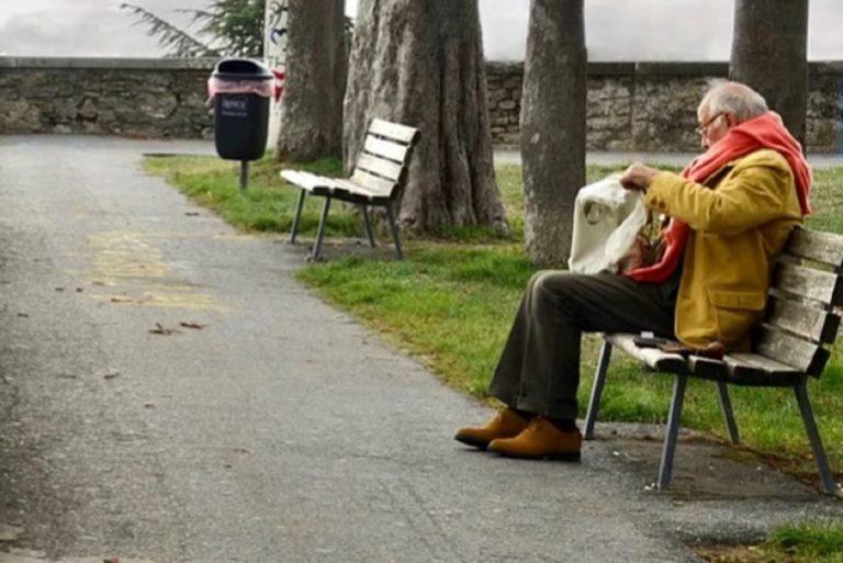 anziano piange sulla panchina