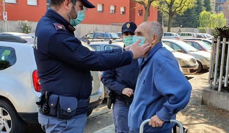 Coronavirus, anziano senza mascherina assistito dai poliziotti