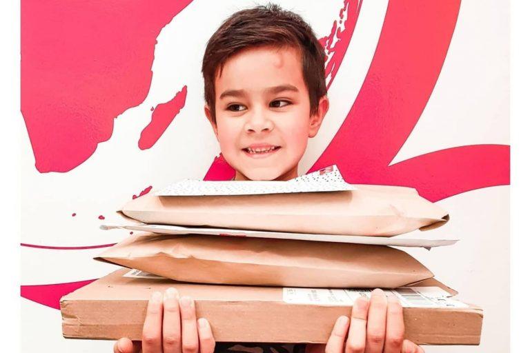 Bambino si sente solo per il lockdown: riceve centinaia di lettere, grazie all'appello della madre