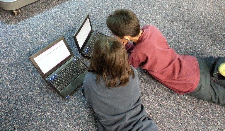 Coronavirus, bambini maggiormente esposti su Internet