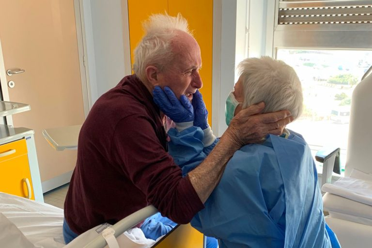 coronavirus abbraccio ospedale coppia