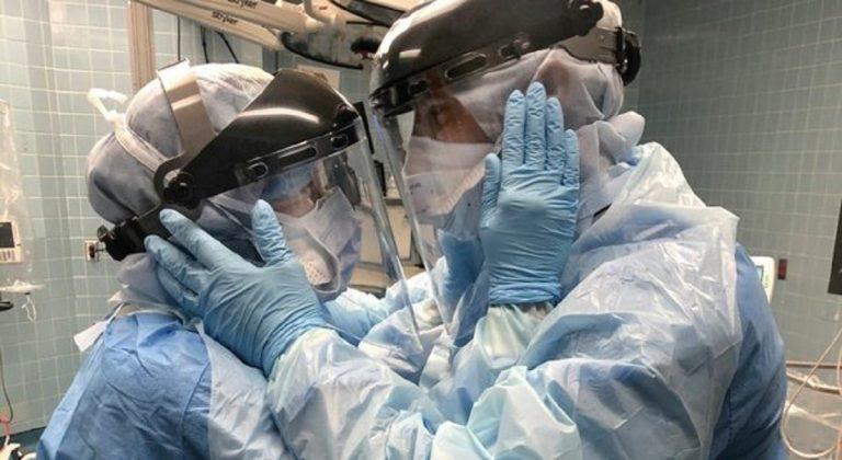 coronavirus bacio infermieri