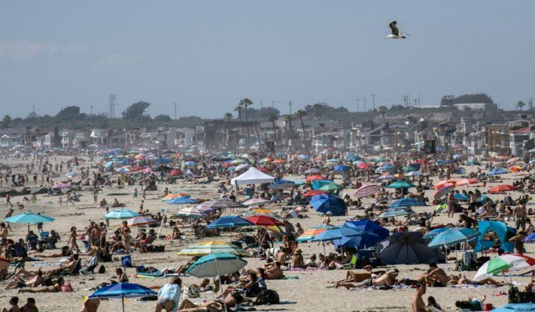 Coronavirus, spiagge affollate in California