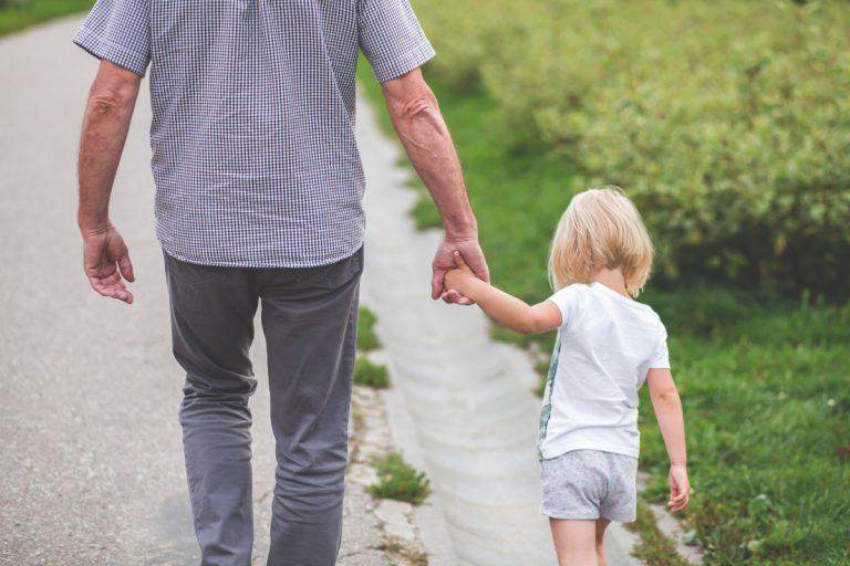 coronavirus insulti passeggiata bambini