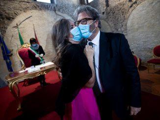 Coronavirus, il matrimonio di Claudia e Fabio con guanti e mascherine
